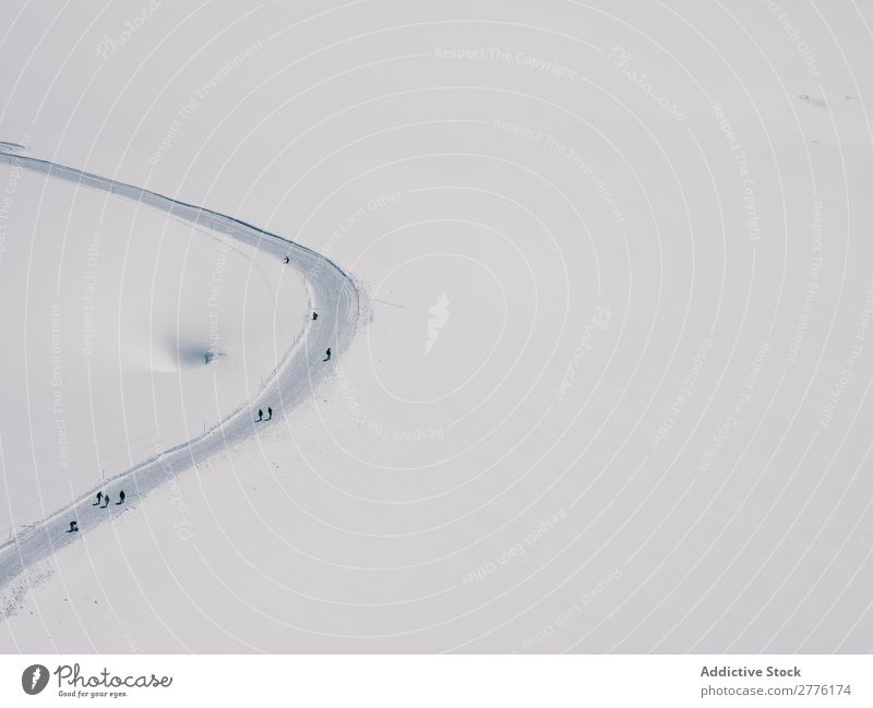 Touristen auf der Schneepiste Gelände Bahn Natur Winter Jahreszeiten Ferien & Urlaub & Reisen Fluggerät Abenteuer unkenntlich Landschaft Ebene Straße Wetter
