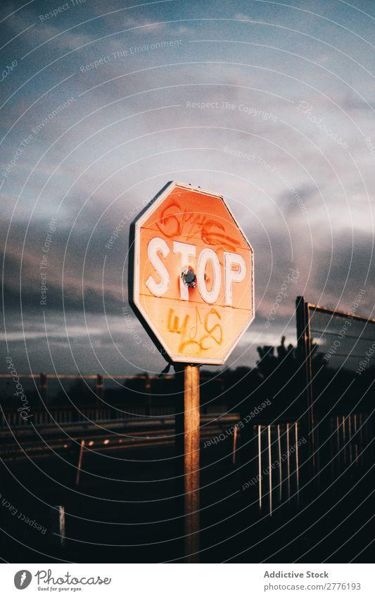 Stoppschild mit Tags stoppen Zeichen Graffiti Etikett Symbole & Metaphern Straße Verwarnung Menschenleer Verkehrszeichen Sicherheit Objektfotografie rot