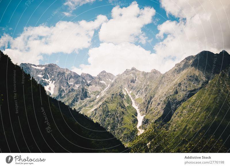 Grüne Berglandschaft Klippe schön grün Berge u. Gebirge Landschaft Wolken Himmel Natur Aussicht wandern alpin Hügel Gipfel Höhe Reinheit friedlich Menschenleer