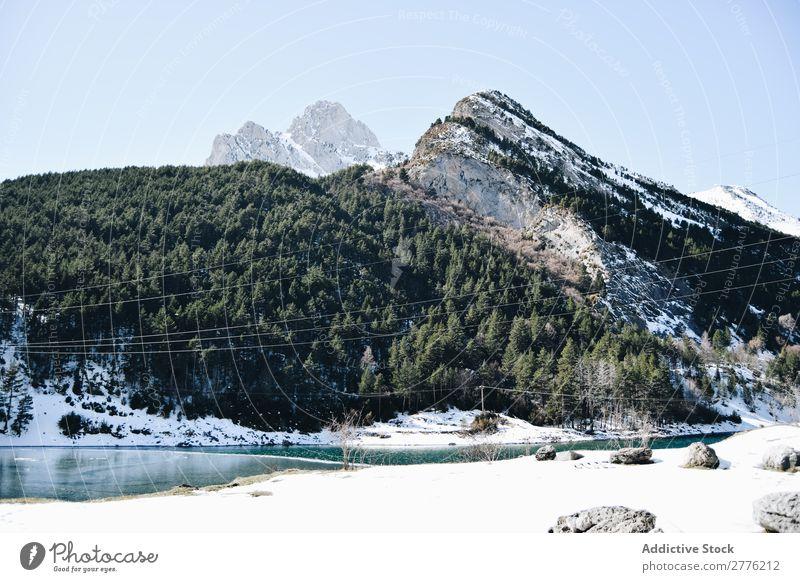 Landschaft des felsigen Berges mit Baumbestand Berge u. Gebirge Fluss Schnee Natur Winter Wasser Wald