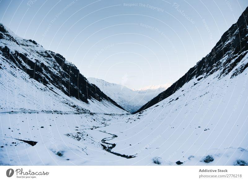 Landschaft der schneebedeckten Berge Berge u. Gebirge Schnee Wege & Pfade Winter weiß Frost Eis Natur Jahreszeiten Raureif natürlich Umwelt Felsen alpin Wildnis