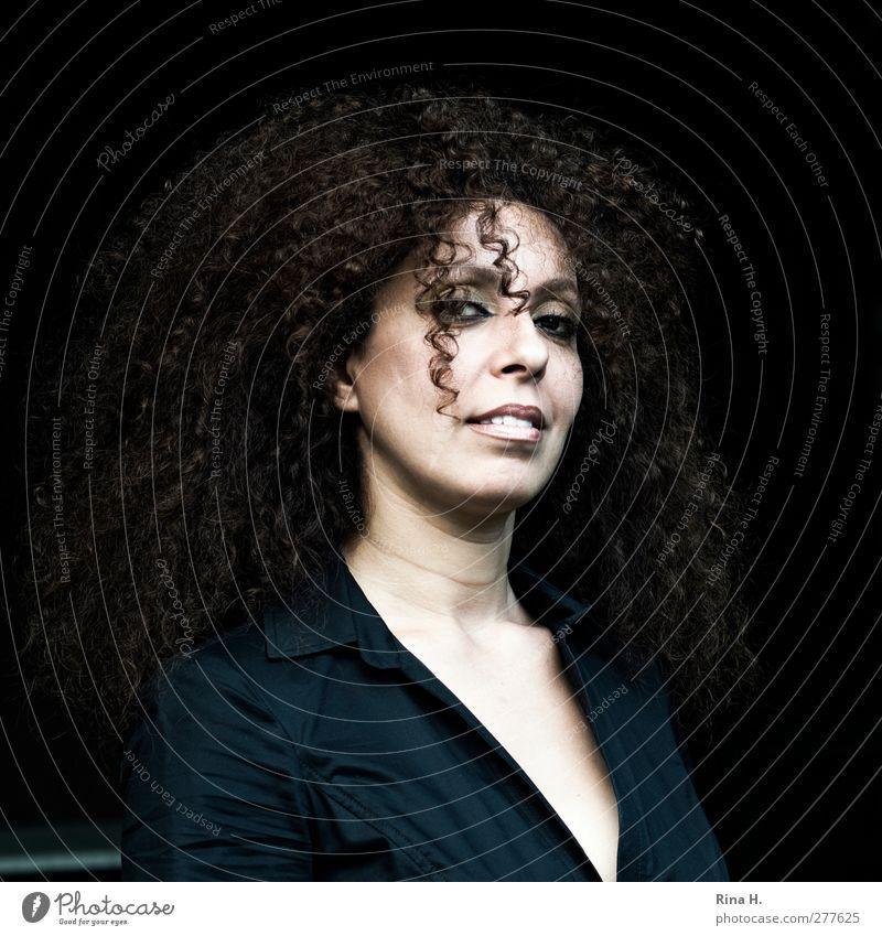 Lockenkopf Mensch Frau schön Erwachsene feminin Haare & Frisuren wild Lächeln Quadrat brünett langhaarig 30-45 Jahre Bluse Haarsträhne Afro-Look