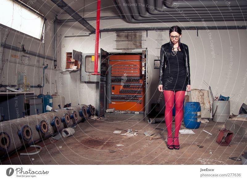 #227316 Umzug (Wohnungswechsel) Keller Energiewirtschaft Energiekrise Frau Erwachsene Mensch 18-30 Jahre Jugendliche Bauwerk Mode Strumpfhose Accessoire Denken