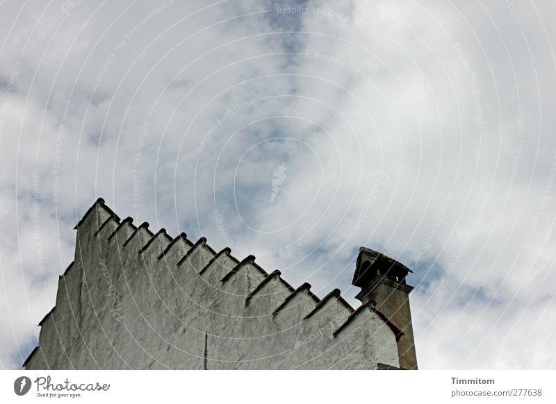 Staffelgiebel Haus Mauer Wand Dach ästhetisch einfach fest grau schwarz weiß Himmel Wolken Farbfoto Gedeckte Farben Außenaufnahme Menschenleer Tag Stufendach