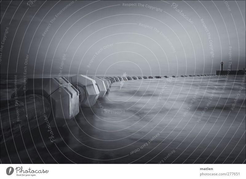 pipeline Himmel Wolkenloser Himmel Küste Meer Menschenleer Leuchtturm Hafen Schwimmen & Baden grau schwarz weiß Mole Schwarzweißfoto Textfreiraum oben