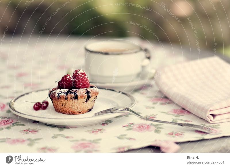 Blaubeer-Marzipan Frucht Teigwaren Backwaren Kuchen Muffin Heißgetränk Kaffee Geschirr Teller Tasse Gabel lecker süß Serviette Tischwäsche Himbeeren Farbfoto