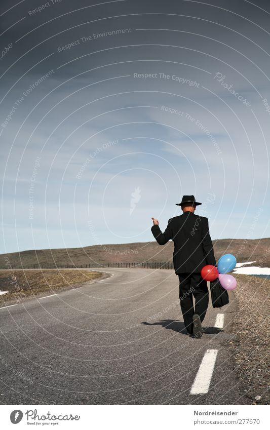 Hochformat Lifestyle Stil Mensch Mann Erwachsene 1 Hügel Berge u. Gebirge Steppe Straßenverkehr Mode Anzug Hut Luftballon laufen elegant Mut Abenteuer Beginn