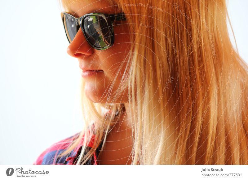 hello feminin Junge Frau Jugendliche Erwachsene Mann Kopf 1 Mensch 18-30 Jahre Hemd Sonnenbrille blond langhaarig Pony beobachten stehen Coolness Gelassenheit