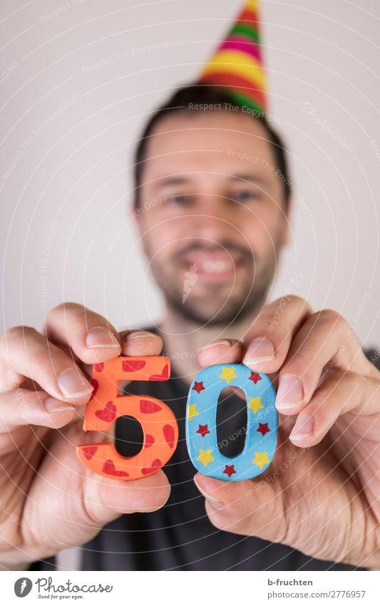 Mann hält zwei Zahlen in der Hand, Geburtstagsparty Party Veranstaltung Feste & Feiern Erwachsene Gesicht Finger 1 Mensch Hut Dekoration & Verzierung