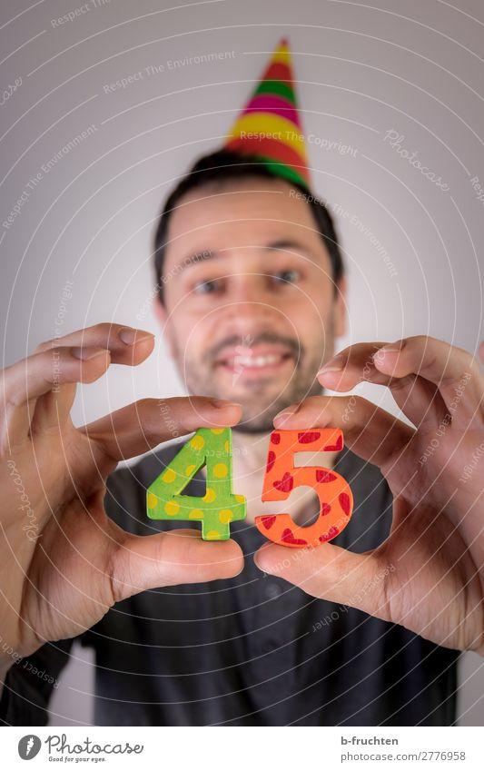 Mann hält zwei Zahlen in der Hand, Party Veranstaltung Feste & Feiern Karneval Geburtstag Erwachsene Kopf Finger 1 Mensch Hut Dekoration & Verzierung