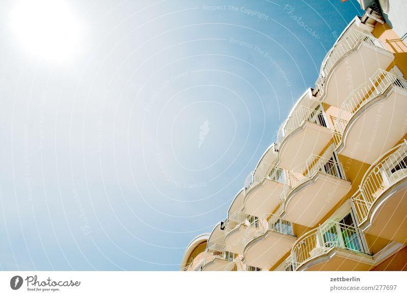 Noch mehr Balkon Umwelt Natur Himmel Wolkenloser Himmel Sonne Sommer Klima Klimawandel Wetter Schönes Wetter Fischerdorf Kleinstadt Haus Traumhaus Mauer Wand