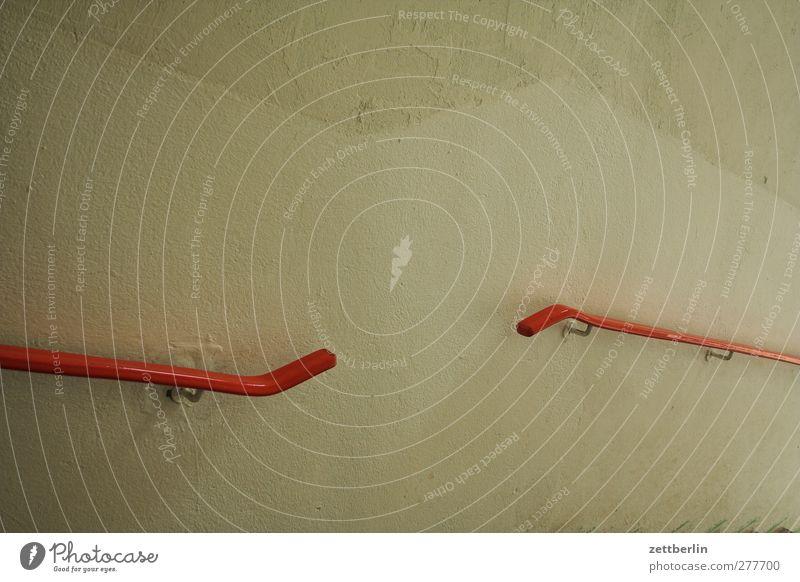 Treppengeländer Menschenleer Haus Mauer Wand gut schön Gefühle aufwärts abwärts Karriere aufsteigen Abstieg Treppenabsatz Farbfoto Gedeckte Farben Innenaufnahme