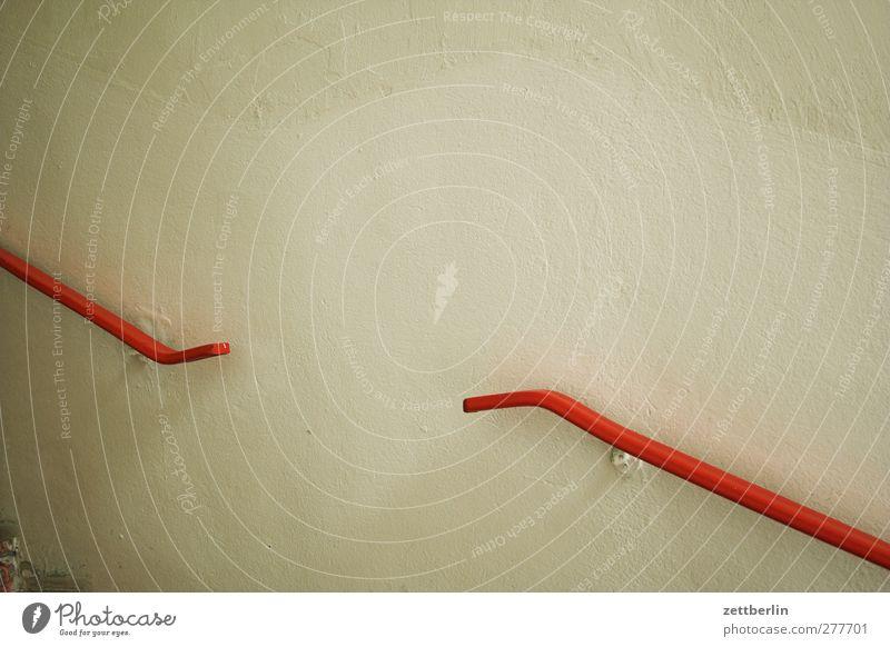 Treppengeländer Menschenleer Haus Traumhaus Bauwerk Gebäude Architektur Mauer Wand gut schön Treppenabsatz aufwärts abwärts aufsteigen Abstieg Karriere rot