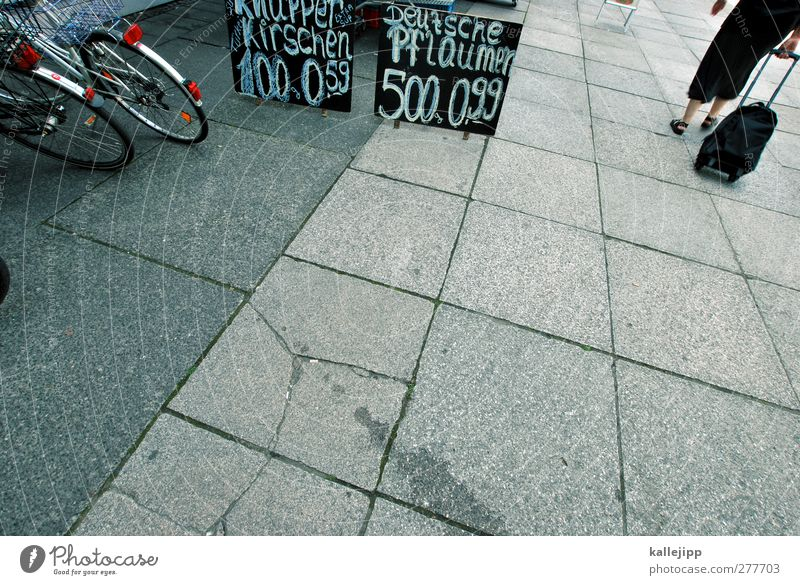 fallobst Mensch Frau Erwachsene Fahrrad Schilder & Markierungen kaufen einzeln Bürgersteig Wirtschaft Bildausschnitt Anschnitt anonym Angebot Bodenplatten