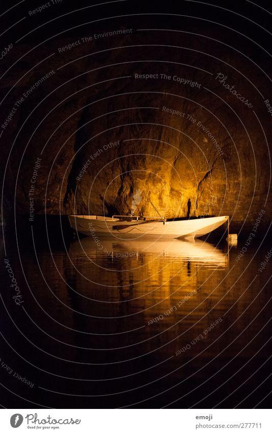 unterirdischer See Wasser Meer dunkel Felsen außergewöhnlich Bucht Fischerboot Bootsfahrt