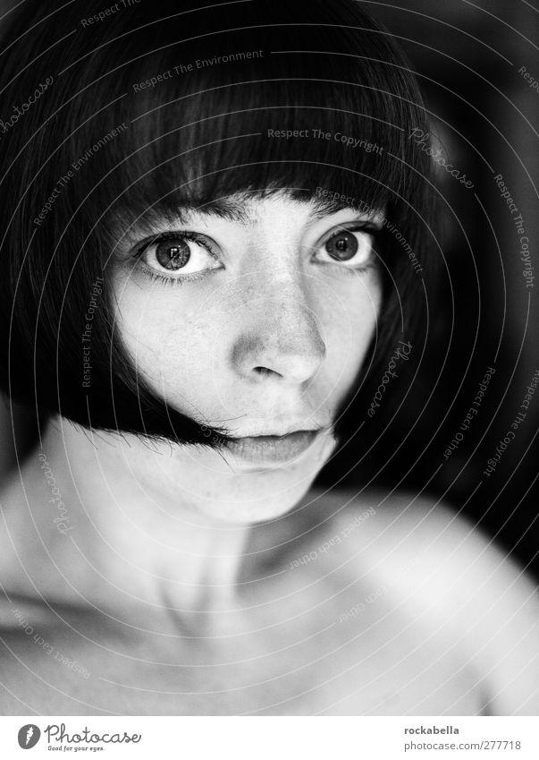 Porträt Frau feminin Erwachsene 1 Mensch 18-30 Jahre Jugendliche schwarzhaarig brünett kurzhaarig Pony elegant Schwarzweißfoto Innenaufnahme