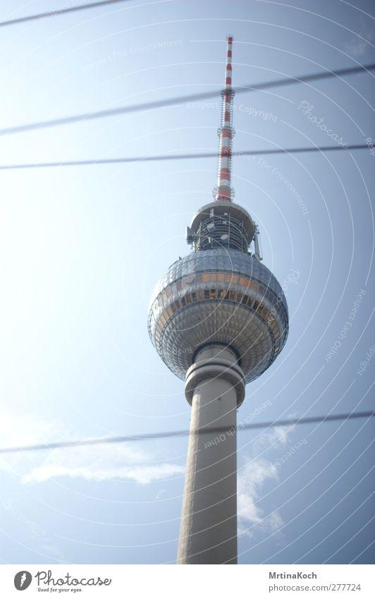 berlin. Berlin Stadt Hauptstadt Stadtzentrum Menschenleer Turm Bauwerk Gebäude Architektur Mauer Wand Fassade Antenne Sehenswürdigkeit Fernsehturm Leben