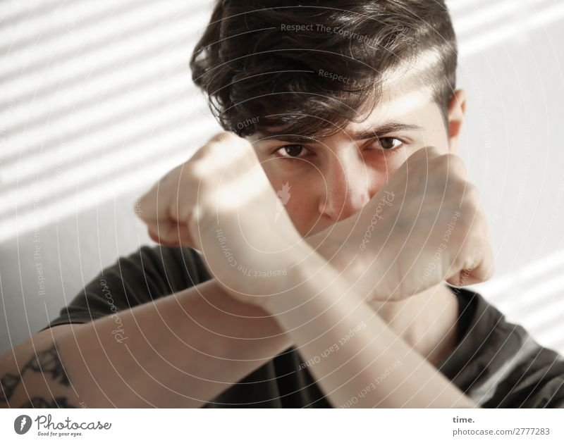 Stella feminin Frau Erwachsene 1 Mensch Hemd brünett kurzhaarig Locken beobachten kämpfen Blick warten Wut Gefühle selbstbewußt Kraft Mut Tatkraft Wachsamkeit