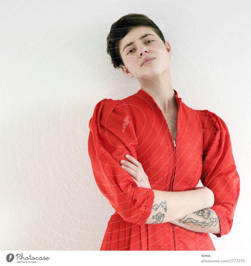 Stella feminin Frau Erwachsene 1 Mensch Kleid Tattoo brünett kurzhaarig beobachten Denken festhalten Blick stehen muskulös schön stark Ehre selbstbewußt