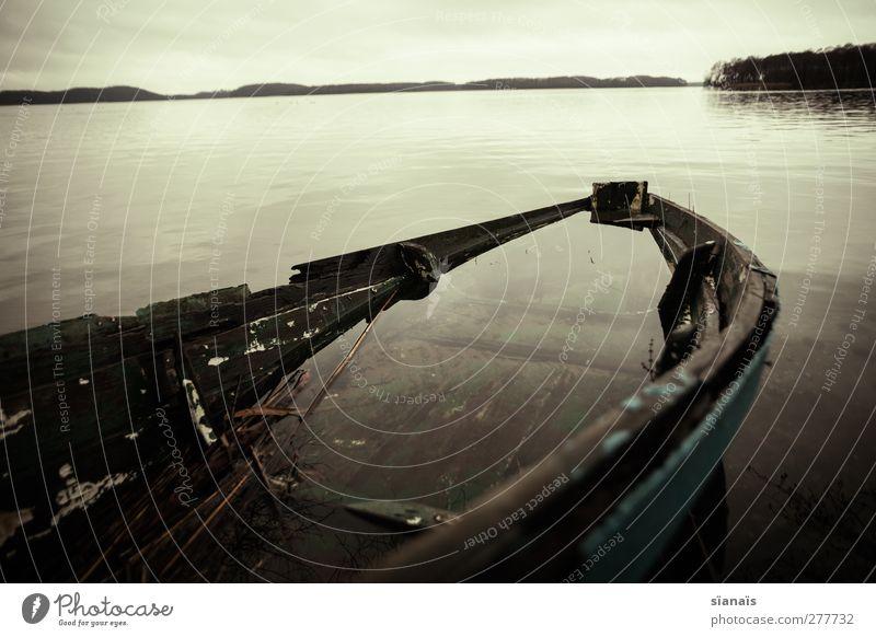 Sarbigna, Polen Ferne Freiheit Umwelt Natur Wasser Schifffahrt Bootsfahrt Fischerboot Beiboot Ruderboot alt Armut kaputt Stimmung träumen Traurigkeit Trauer