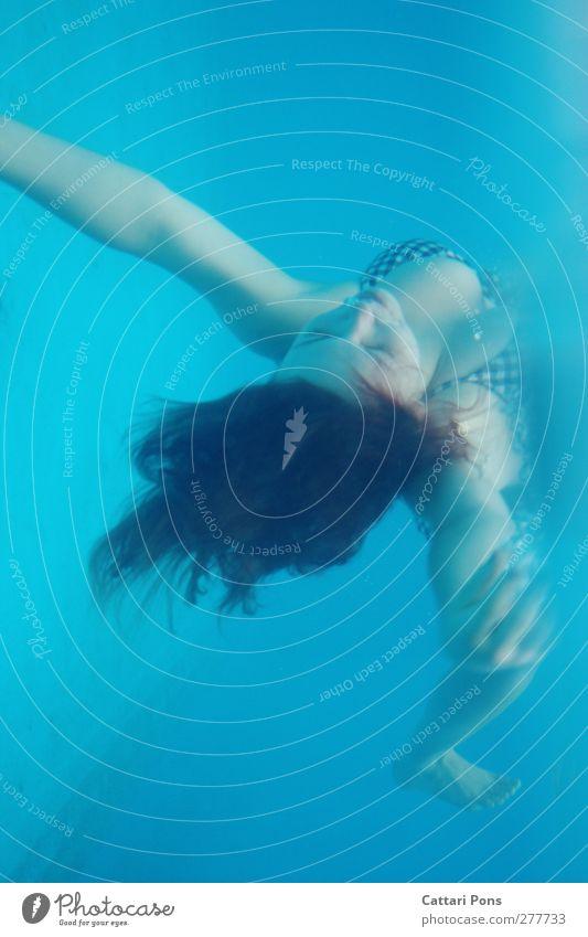 schwerelos Mensch Frau Jugendliche blau Wasser Erwachsene Erholung kalt feminin Junge Frau Freiheit hell Schwimmen & Baden Körper 18-30 Jahre Freizeit & Hobby