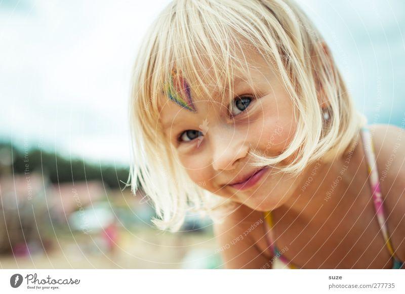 Fotomaus Mensch Kind Sommer Mädchen Gesicht Haare & Frisuren klein Kopf blond Kindheit Fröhlichkeit stehen Kindheitserinnerung niedlich Lächeln Freundlichkeit