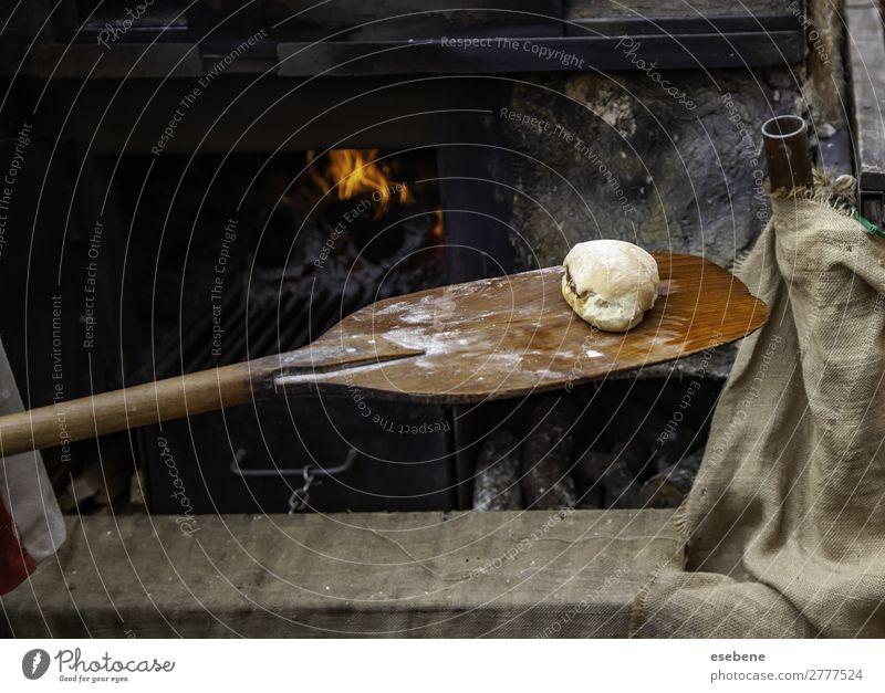 Brot im Backofen Teigwaren Backwaren kaufen Arbeit & Erwerbstätigkeit Fabrik Industrie Mensch Mann Erwachsene Wärme Arbeitsbekleidung Herd & Backofen stehen