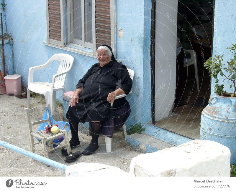 Alte Frau Frau Senior schwarz Einsamkeit Traurigkeit Trauer Großmutter Falte Griechenland Familie & Verwandtschaft Witwe