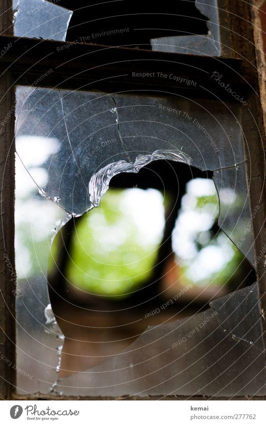 AST5 | Luftloch Haus Hütte Ruine Gebäude Fenster Fensterscheibe Scherbe Glas kaputt Zerstörung Verfall eingeschlagen Loch Riss Farbfoto Gedeckte Farben