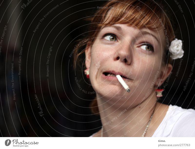 . feminin Frau Erwachsene Kopf 1 Mensch 18-30 Jahre Jugendliche Accessoire Schmuck Haare & Frisuren brünett rothaarig kurzhaarig Zigarette Ohrringe Haarspange