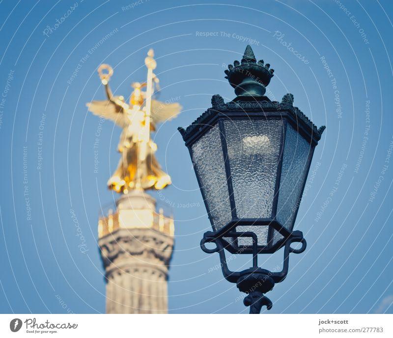 Victory Viktoria Kunstwerk Skulptur Tiergarten Sehenswürdigkeit Denkmal Siegessäule elegant historisch gold Vergangenheit Laterne nebeneinander