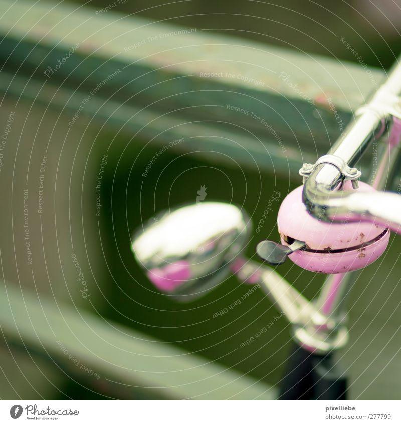 Rosa Fahrrad-Hupe Klingel Metall Stahl rosa Fahrradklingel Fahrradlenker Farbfoto Außenaufnahme Nahaufnahme Menschenleer Tag Schwache Tiefenschärfe