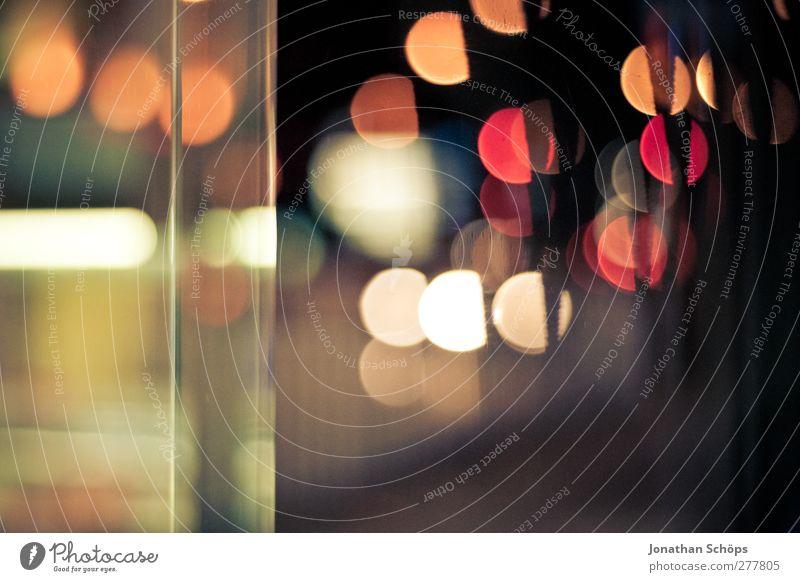 Bokeh 3:2 Stadtzentrum ästhetisch Gefühle Nachtleben Unschärfe mehrfarbig rot orange Licht Lichtermeer Glasscheibe Hintergrundbild Beleuchtung Stadtleben