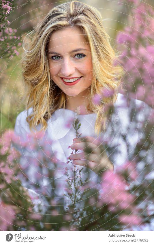 Schönheitsfrau im Garten Frau schön Beautyfotografie Frühling Mädchen Porträt Jugendliche Sommer brünett Model Gesicht Natur Behaarung attraktiv Haut