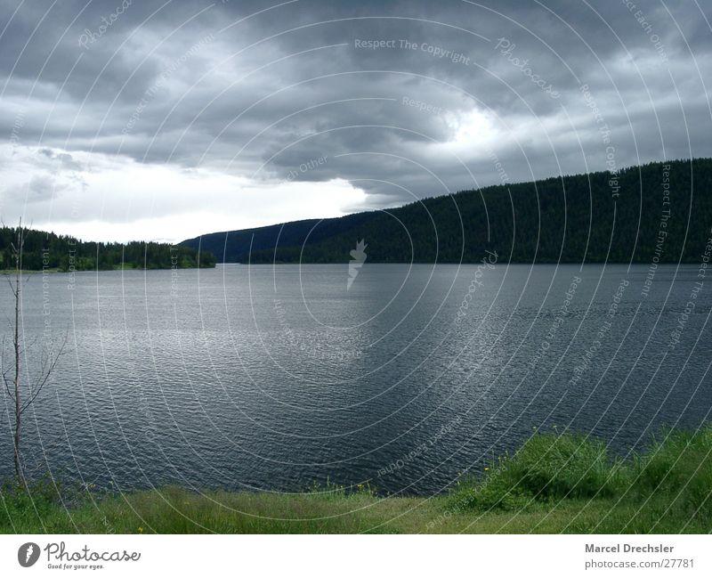 stiller Bergsee Natur Wasser ruhig Wolken dunkel Herbst Berge u. Gebirge Traurigkeit See Wellen Trauer Idylle Teich November Oktober September