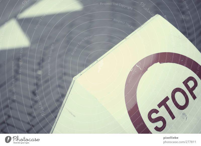 STOP Stadt Straße Wege & Pfade Stein warten Schilder & Markierungen Schriftzeichen Hinweisschild Sicherheit Kommunizieren bedrohlich rund stoppen Zeichen Verbote Personenverkehr