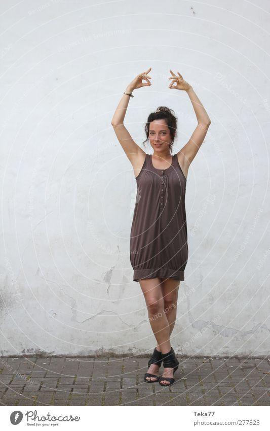 Tanz - Pose Mensch Frau Jugendliche schön Erwachsene feminin Junge Frau grau Kunst braun orange Tanzen 18-30 Jahre natürlich elegant ästhetisch
