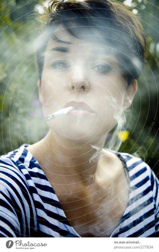 lass ma was für die gesundheit tun. feminin Rauchen träumen Gelassenheit ruhig authentisch Farbfoto Außenaufnahme Porträt