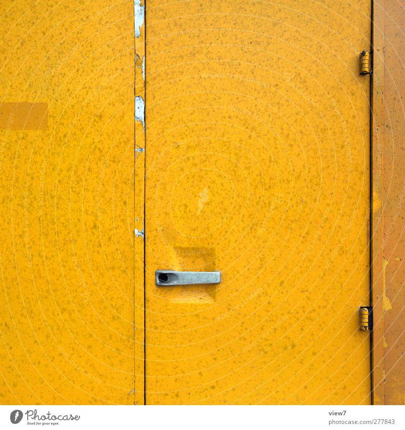 entrance alt Farbe gelb Wand Mauer Metall Linie Tür dreckig Verkehr authentisch modern frisch ästhetisch Streifen Autotür