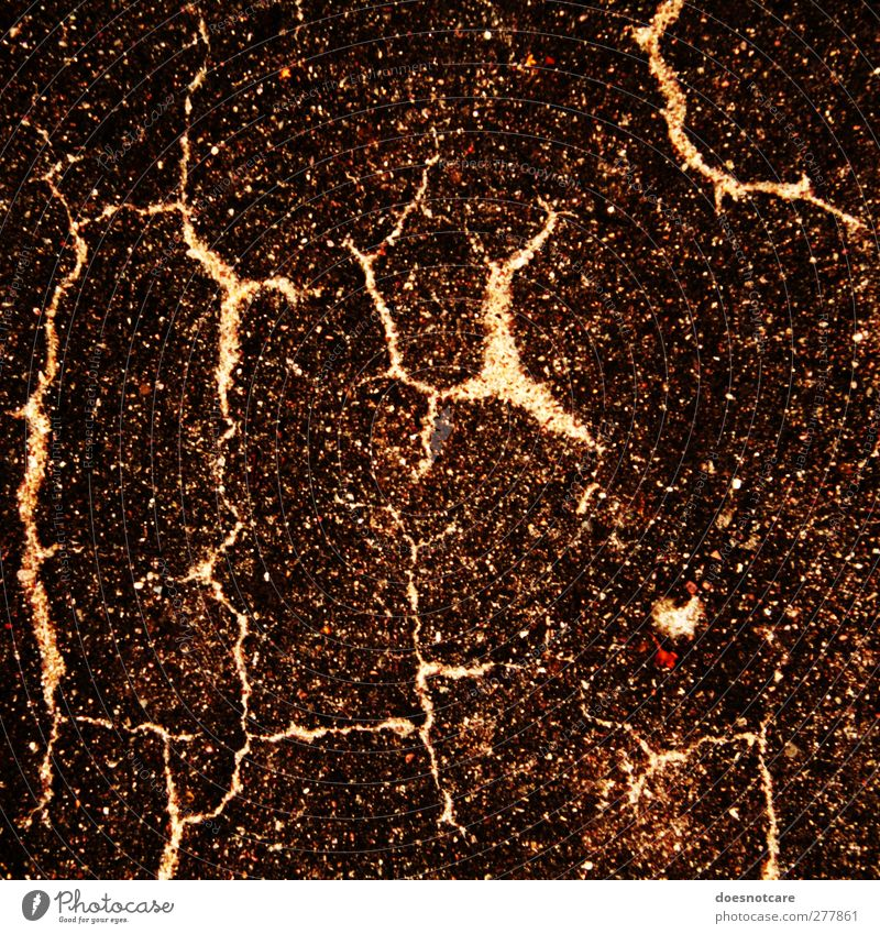 Aufgeplatzter Asphalt Blitze braun Gewitter Riss Strukturen & Formen Boden Verfall Vergänglichkeit körnig Farbfoto Gedeckte Farben Außenaufnahme Detailaufnahme
