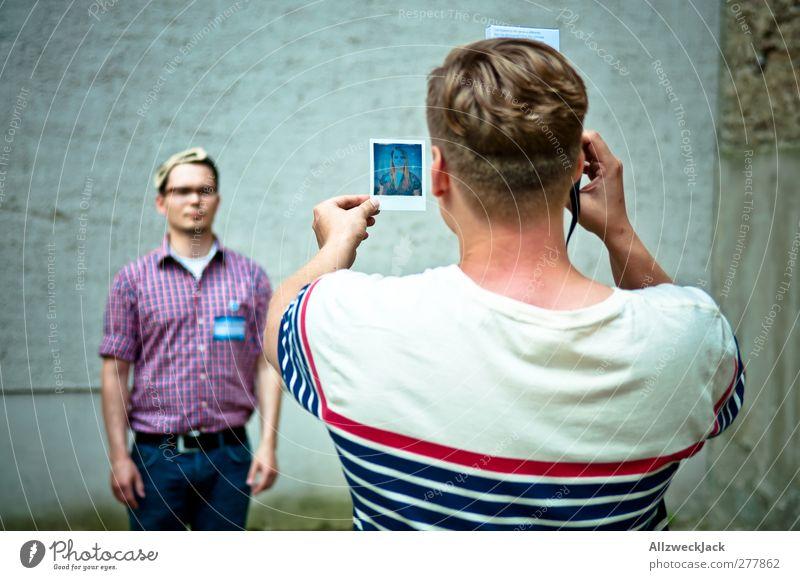 Halb Polaroid, halb Zinnsoldat Fotografieren maskulin Junger Mann Jugendliche Erwachsene Freundschaft 2 Mensch 18-30 Jahre 30-45 Jahre festhalten einzigartig