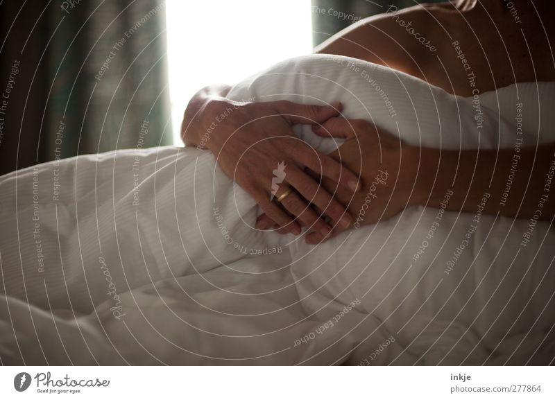 Guten Morgen, meine Liebe. Häusliches Leben Bett Schlafzimmer Mensch Partner Frauenhand 1 Ring Ehering Federbett Bettdecke festhalten sitzen kuschlig natürlich