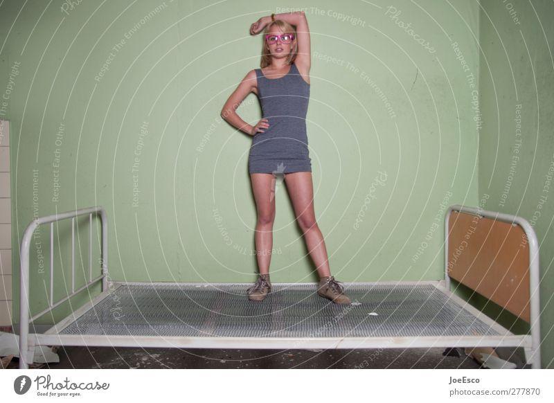 #199016 Stil Häusliches Leben Bett Schlafzimmer Frau Erwachsene Mensch 18-30 Jahre Jugendliche Mode beobachten Erholung stehen träumen authentisch trendy