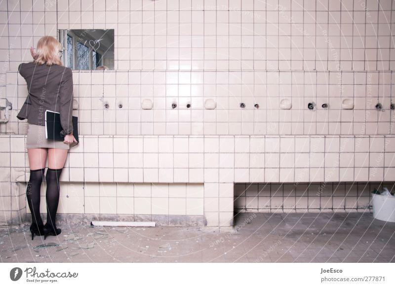 #199284 Mensch Frau schön Einsamkeit Erwachsene Mode Raum blond modern stehen Studium Häusliches Leben beobachten einzigartig Bad Sauberkeit