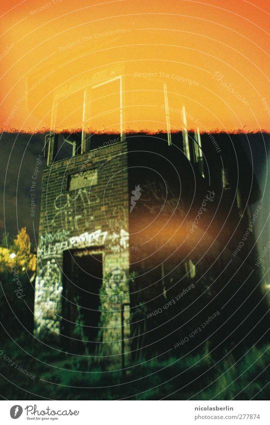 Burning Down The House Stadt Einsamkeit Haus dunkel Wand Berlin Mauer Wohnung Angst Fassade dreckig gefährlich Abenteuer Häusliches Leben kaputt trist