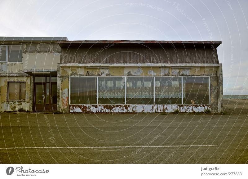 Island Dorf Menschenleer Haus Bauwerk Gebäude Fassade Fenster Straße dunkel trashig Stimmung ruhig Verfall Vergänglichkeit Wandel & Veränderung Farbfoto