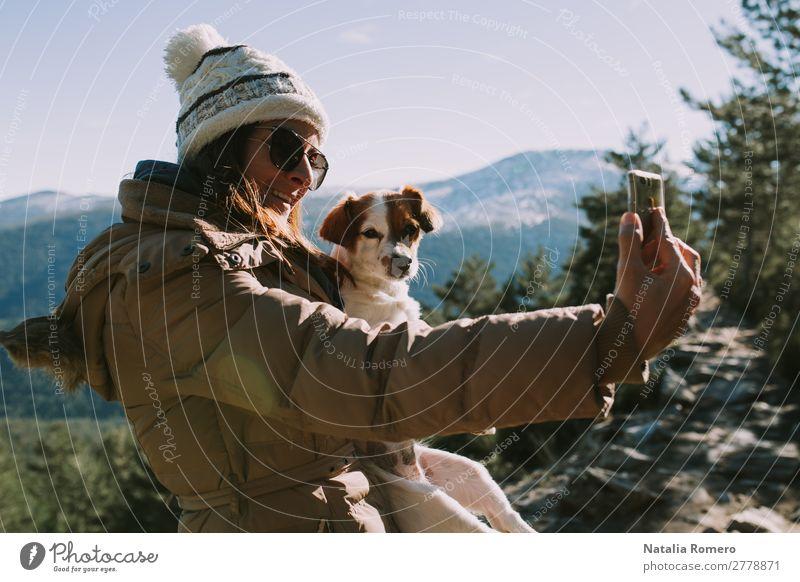 Mädchen macht einen Selfie mit ihrem Haustier im Berg. Lifestyle Freizeit & Hobby Abenteuer Freiheit Schnee Berge u. Gebirge wandern Fotokamera