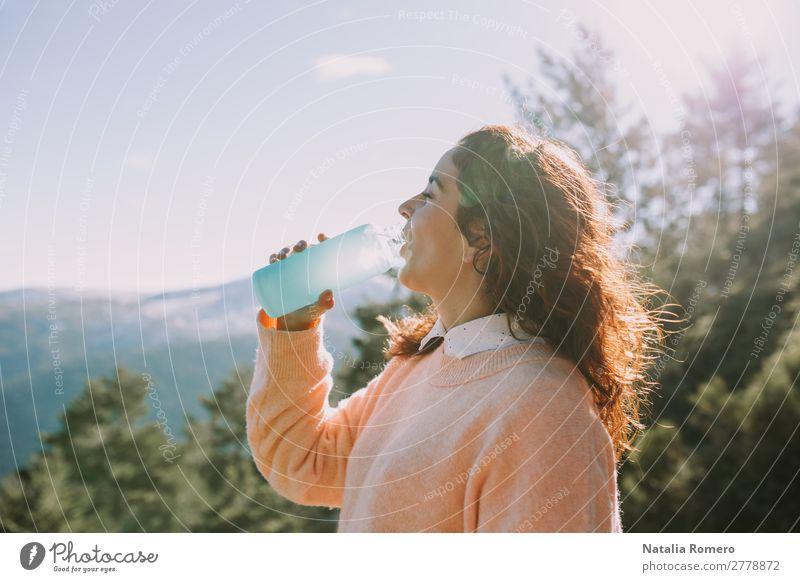 Frau trinkt Wasser auf dem Berg Getränk Trinkwasser Flasche Lifestyle Gesundheit Leben Freizeit & Hobby Abenteuer Freiheit Expedition Berge u. Gebirge wandern