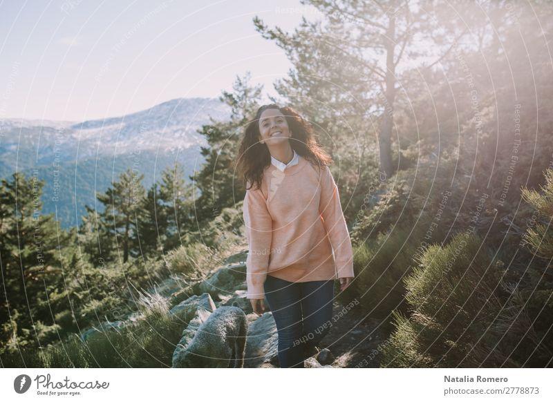 Eine Frau geht mit einem großen Lächeln auf den Berg. Lifestyle Gesundheit Leben Freizeit & Hobby Abenteuer Freiheit Berge u. Gebirge wandern Mensch feminin
