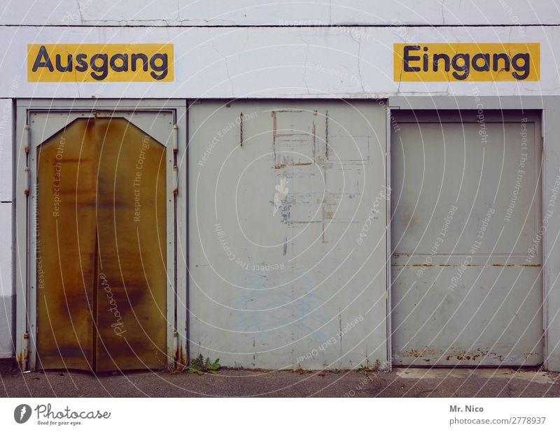 rein raus Industrieanlage Fabrik Gebäude Mauer Wand Tür trist gelb Tor Eingang Eingangstür Ausgang Hinweisschild Schriftzeichen Lagerhalle Großmarkt geschlossen